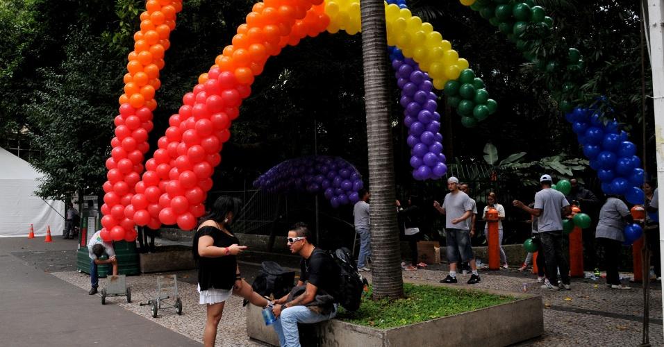 2.jun.2013 - Balões decoram trecho da avenida Paulista em frente ao parque Trianon para a Parada Gay de São Paulo