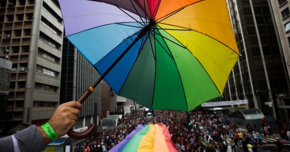 2.jun.2013 - Chuva não assusta os manifestantes da 17ª edição da Parada Gay de São Paulo, realizada na avenida Paulista, região central da capital