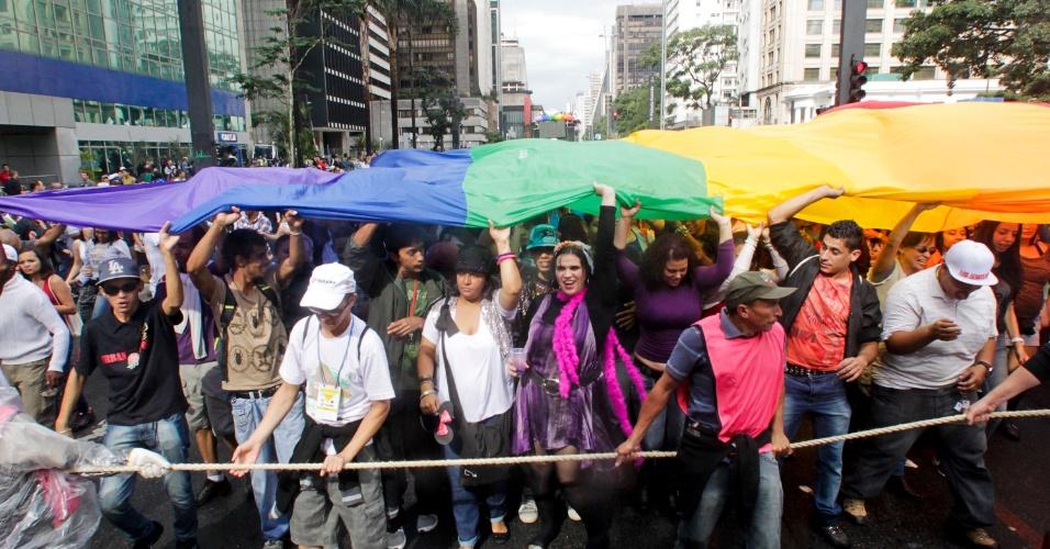 2.jun.2013 - Corda isola trio elétrico de manifestantes durante a 17ª edição da Parada Gay de São Paulo, realizada na avenida Paulista, região central da capital