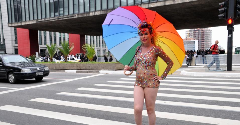 2.jun.2013 - Drag queen atravessa a avenida Paulista em frente ao Masp antes do início da Parada Gay de São Paulo