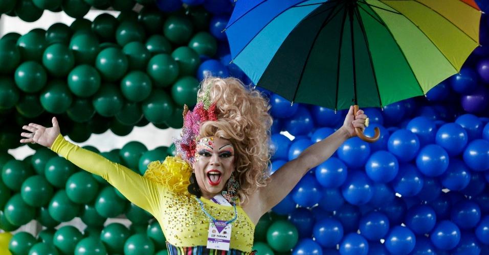 2.jun.2013 - Drag queen posa para fotos diante de decoração para a Parada Gay de São Paulo, na avenida Paulista