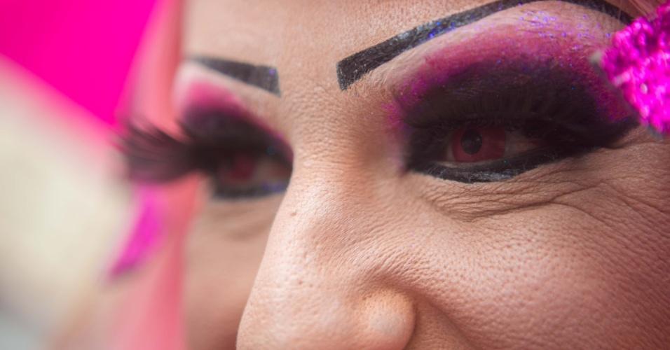 2.jun.2013 - Drag queen usa lente rosa para reforçar visual criado exclusivamente para a 17ª edição da Parada Gay de São Paulo, realizada na avenida Paulista, região central da capital