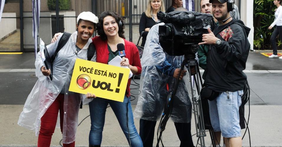 2.jun.2013 - Equipe do Uol, que fez transmissão ao vivo da 17ª Parada Gay de São Paulo