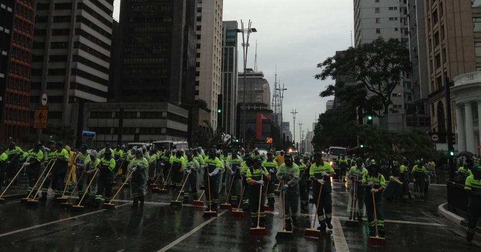 2.jun.2013 - Garis limpam a avenida Paulista, região central de São Paulo, ao final da 17ª edição da Parada Gay