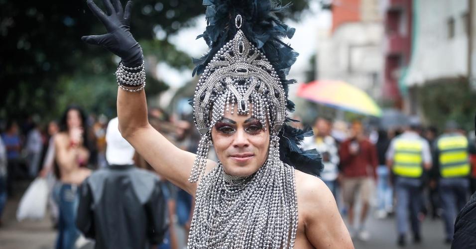 2.jun.2013 - Manifestante abusa das pedras em fantasia usada durante a 17ª edição da Parada Gay de São Paulo, realizada na avenida Paulista, região central da capital