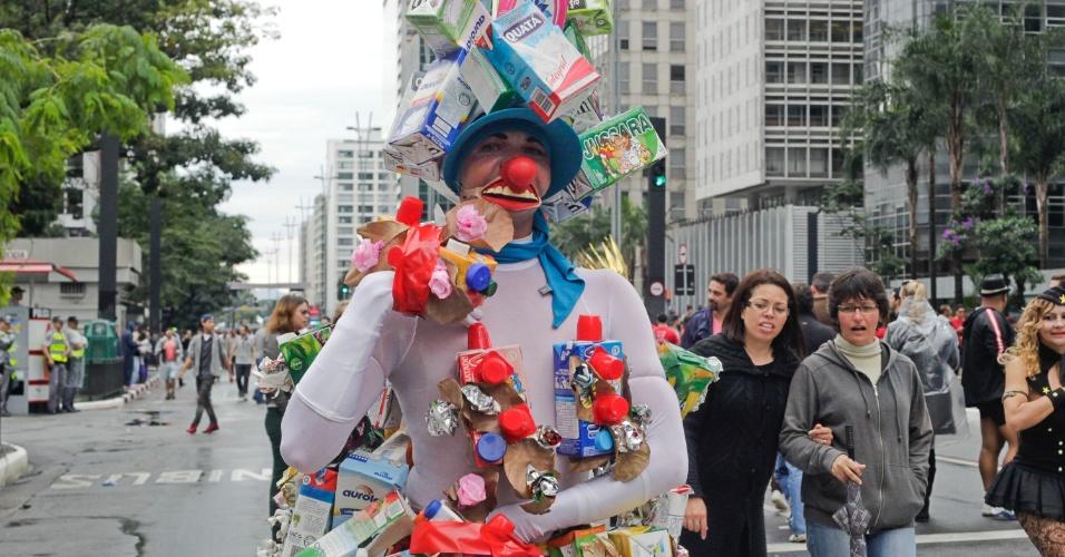2.jun.2013 - Manifestante se fantasia de palhaço reciclável durante a 17ª edição da Parada Gay de São Paulo, realizada na avenida Paulista, na região central da capital