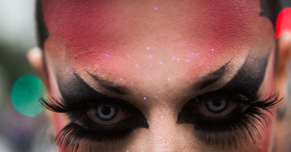 2.jun.2013 - Manifestante usa cílios postiços e reforça a maquiagem dos olhos para participar da 17ª edição da Parada Gay de São Paulo, realizada na avenida Paulista, região central da capital