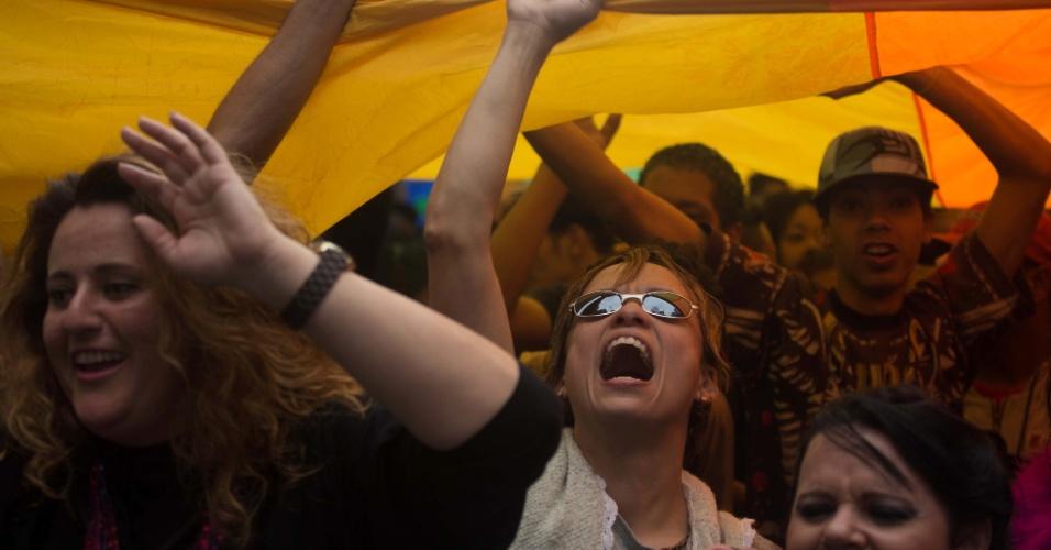 2.jun.2013 - Manifestantes agitam bandeira nas cores do arco-íris, símbolo do movimento LGBT (Lésbicas, Gays, Bissexuais, Travestis, Transexuais e Transgêneros), durante a Parada Gay de São Paulo, na avenida Paulista