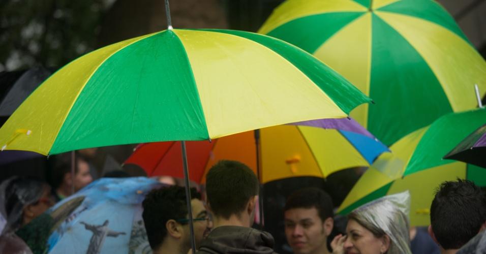 2.jun.2013 - Manifestantes usam guarda-chuva nas cores da bandeira brasileira durante a 17ª edição da Parada Gay de São Paulo, realizada na região central da capital paulista
