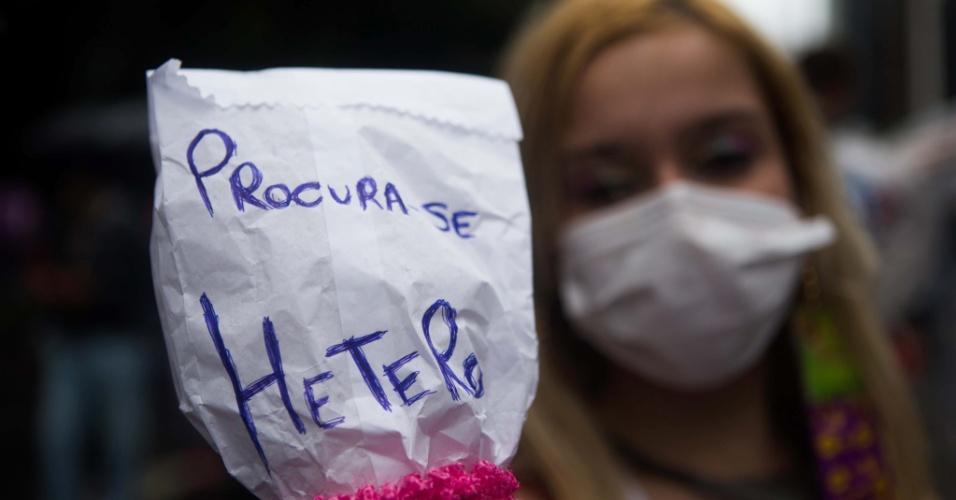 2.jun.2013 - Mulher participa da 17ª edição da Parada Gay de São Paulo, realizada na avenida Paulista, região central da capital. No cartaz, se lê: