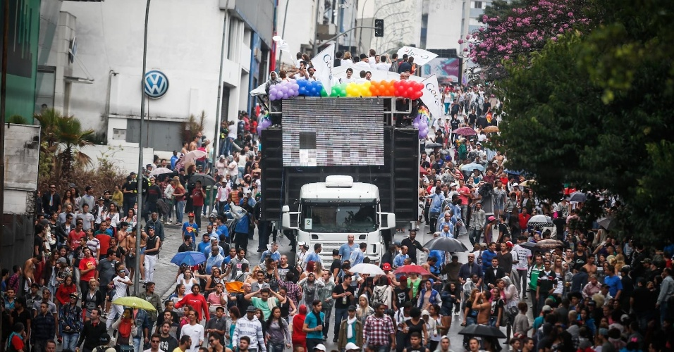 2.jun.2013 - Multidão se reúne em volta de trio elétrico durante a 17ª edição da Parada Gay de São Paulo, realizada na região central da capital