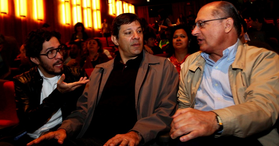 2.jun.2013 - O deputado federal Jean Wyllys (PSOL-RJ), o prefeito de São Paulo, Fernando Haddad, e o governador de São Paulo, Geraldo Alckmin, conversam durante entrevista coletiva da Parada Gay, no Teatro Raul Cortez, em São Paulo, na manhã deste domingo (2)