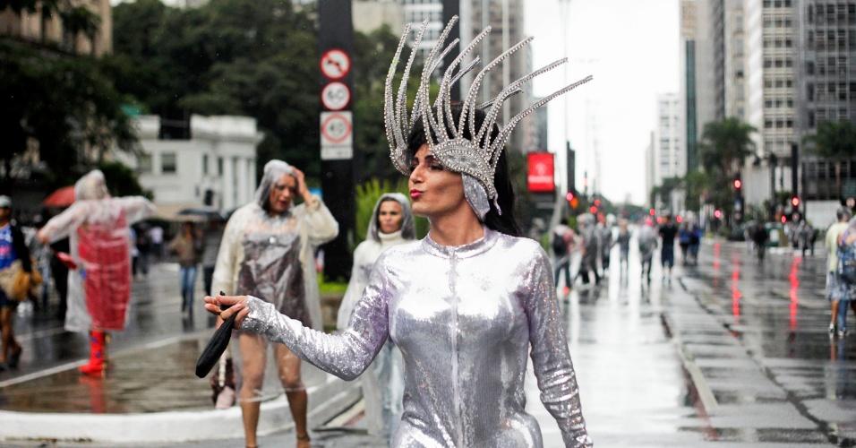 2.jun.2013 - Parada Gay atrai público para a avenida Paulista, apesar da chuva que atingiu a capital paulista na manhã deste domingo