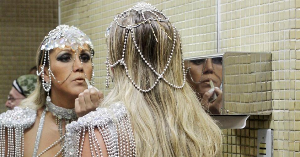 2.jun.2013 - Participante retoca maquiagem para participar da Parada Gay de São Paulo, na avenida Paulista, neste domingo