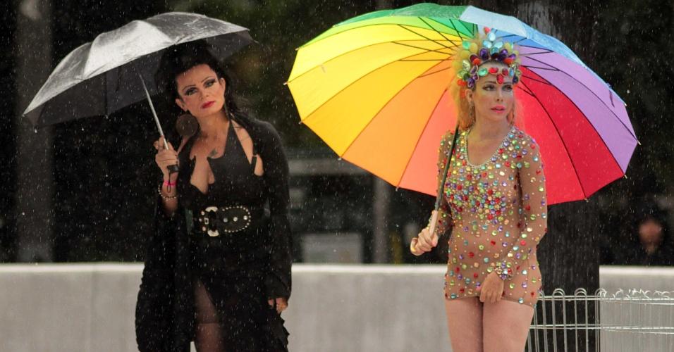 2.jun.2013 - Participantes da Parada Gay de São Paulo esperam debaixo de chuva o início do evento na avenida Paulista, na manhã deste domingo