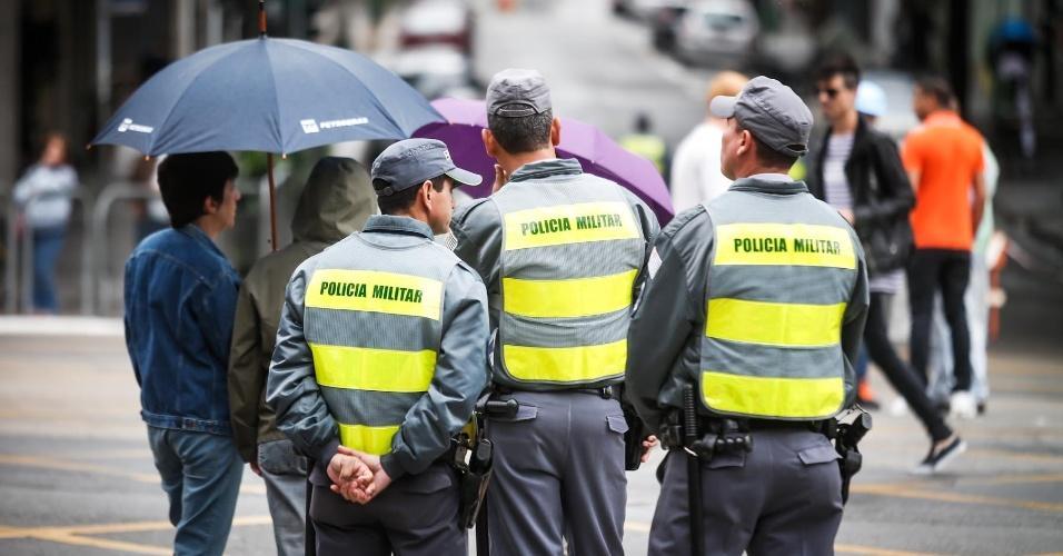 2.jun.2013 - Policiais reforçam a segurança da 17ª edição da Parada Gay em São Paulo, realizada na região central da capital paulista