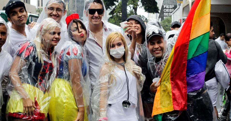 2.jun.2013 - Público enfrenta chuva para participar da Parada Gay de São Paulo, na avenida Paulista