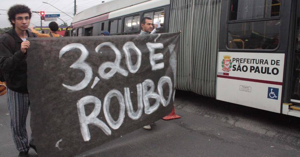 3.jun.2013 - Manifestantes protestam contra o aumento da tarifa de ônibus, metrô e trens em São Paulo na manhã desta segunda-feira (3) na estrada do M?Boi Mirim, zona sul de São Paulo. Entra em vigor hoje na cidade a tarifa de  R$ 3,20. O preço da passagem anterior, de R$ 3, vigorava desde janeiro de 2011