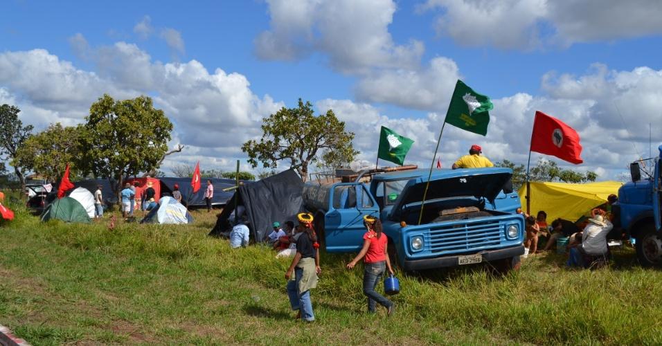 3.jun.2013 - Movimentos sociais do Mato Grosso do Sul participam de marcha que partiu nesta segunda-feira do distrito de Anhanduí, sentido a Campo Grande, em protesto pela lentidão do governo federal em demarcar terras indígenas no Estado