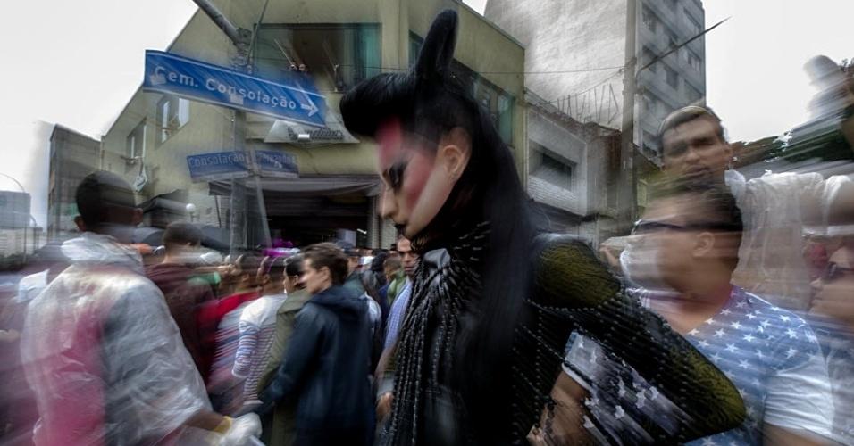 2.jun.2013 - Participante fantasiado posa para foto durante desfile da Parada Gay, no centro de São Paulo