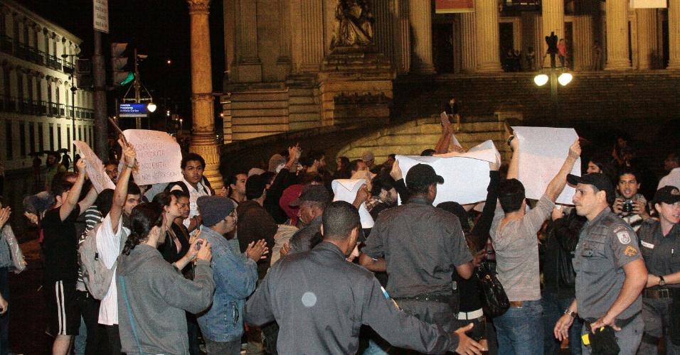 3.jun.2013 - Polícia tenta conter estudantes que protestam contra o aumento nas passagens de ônibus em frente à Alerj (Assembleia Legislativa do Rio de Janeiro) no centro da cidade, nesta segunda-feira