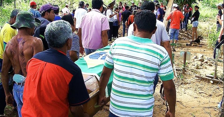 3.mai.2013 - Índios terenas carregam caixão durante enterro do índio Oziel Gabriel, morto em confronto com a policia durante ação de reintegração de posse da Fazenda Buriti,em Sidrolândia (MS), na semana passada