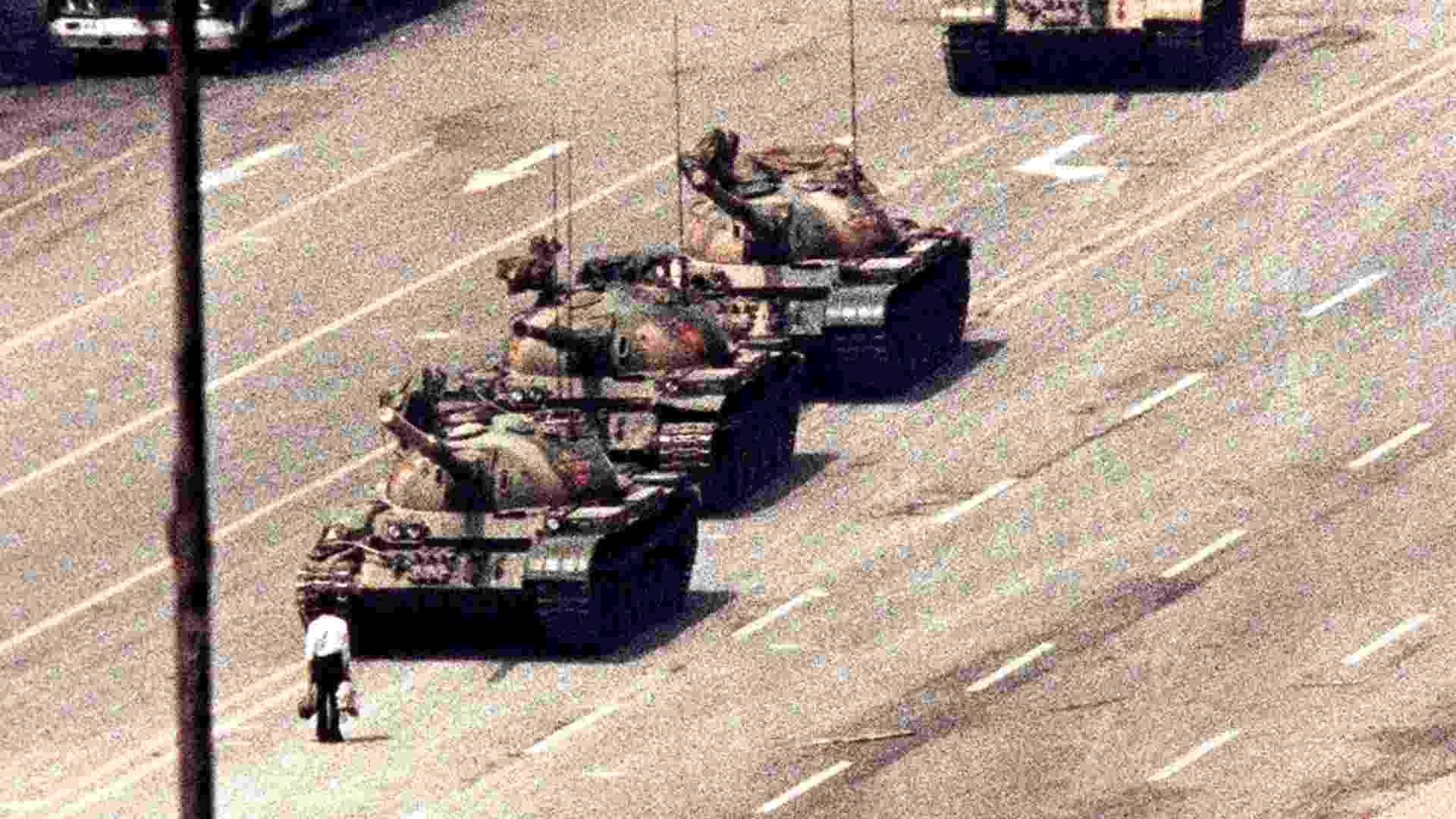 4.jun.2013 - Em imagem de arquivo de 5 de junho de 1989, homem se posta diante de tanques de guerra na avenida da Paz Eterna em Pequim. Nesta terça-feira (4) completam-se 24 anos do massacre da praça Tiananmen (praça da Paz Celestial, em português), quando manifestantes pró-democracia foram expulsos da praça, ocupada por sete semanas, resultando no saldo de mortos entre centenas e milhares (faltam informações do governo chinês) - Arthur Tsang/Reuters/Arquivo 5.jun.1989