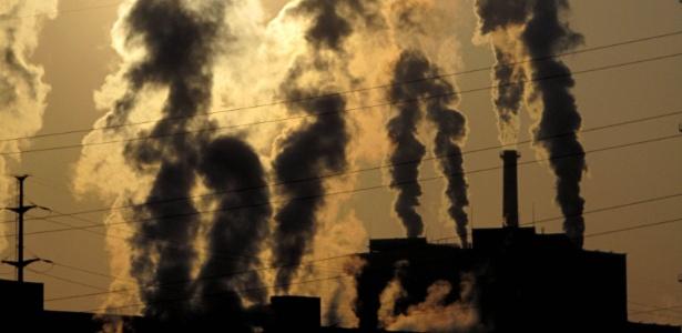 Fábrica chinesa solta fumaça no céu de Jilin, na região Norte do país