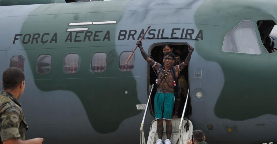 4.jun.2013 - Índios da tribo munduruku chegam à Base Aérea de Brasília para reunião com o ministro-chefe da Secretaria-Geral da Presidência da República, Gilberto Carvalho. O principal pedido dos índios é a suspensão de todos os empreendimentos hidrelétricos na Amazônia, incluindo Belo Monte, até que o processo de consulta prévia aos povos tradicionais seja regulamentado