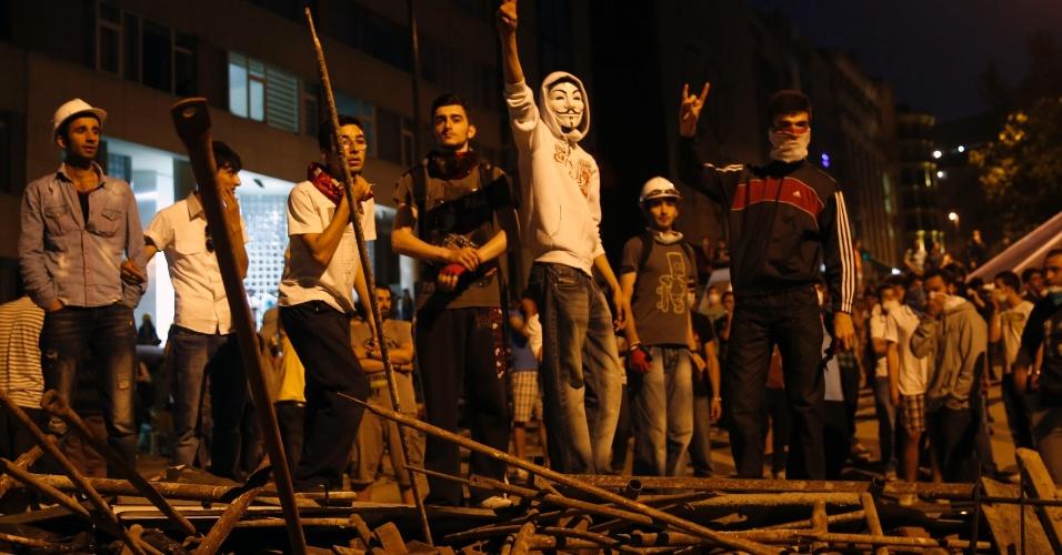 4.jun.2013 - Manifestantes se reúnem em mais um dia de protesto nos arredores da praça Taksim, em Istambul, Turquia. Os conflitos entre policiais e manifestantes durante a onda de protestos contra o governo turco já deixaram duas pessoas mortas. Uma central sindical da Turquia deflagrou greve de dois dias, somando mais um elemento aos protestos contra o primeiro-ministro turco, Recep Tayyip Erdogan
