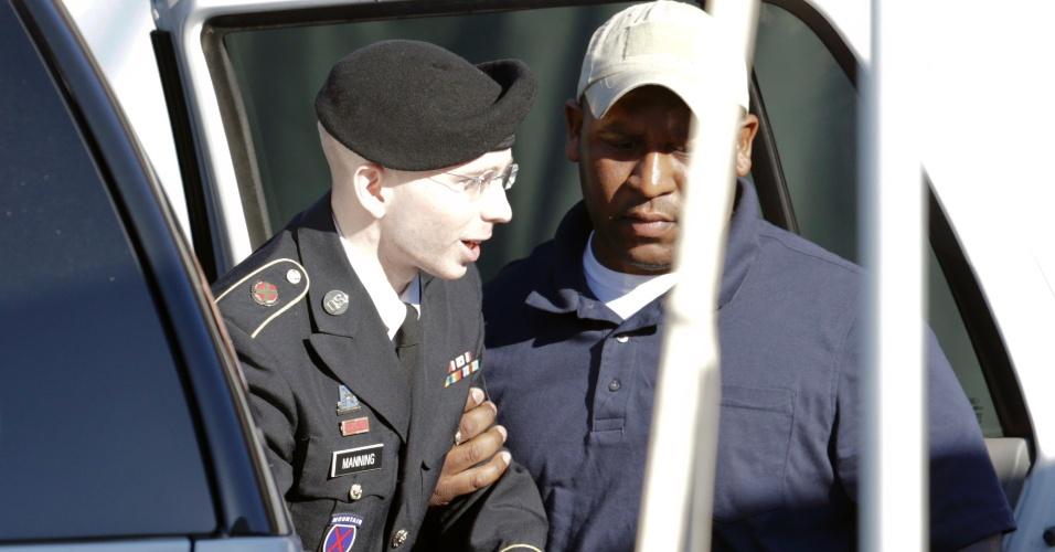 4.jun.2013 - O soldado Bradley Manning chega para o segundo dia de seu julgamento em Fort Meade, Maryland (EUA), nesta terça-feira (4). O ex-analista de inteligência militar, preso há três anos, pode enfrentar a sentença de prisão perpétua sem liberdade condicional caso seja condenado por vazar, entre novembro de 2009 e maio de 2010, milhares de documentos sigilosos do governo americano sobre as guerras do Iraque e do Afeganistão e mais de 250 mil