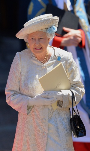 4.jun.2013 - Rainha Elizabeth 2ª deixa a abadia de Westminster, em Londres, nesta terça-feira (2), após assistir cerimônia do 60º aniversário de sua coroação. Hoje com 87 anos, ela assumiu o trono em 6 de fevereiro de 1952 após a morte de seu pai, o rei George 6º, mas, após um período de luto nacional, só foi coroada em 2 de junho de 1953, na abadia de Westminster