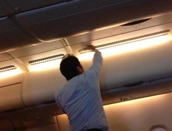 Comissário de bordo limpa parte do avião que ficou suja, depois que a aeronave da Singapore Airlines passou por forte turbulência bem na hora da refeição. As imagens colocadas no Instagram e divulgadas pela rede ABC News mostram muita comida espalhada em meio a travesseiros