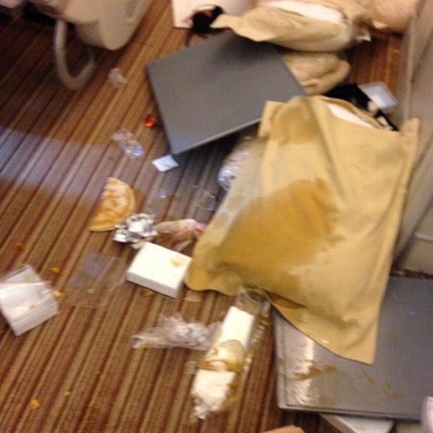 Um passageiro de um voo da Singapore Airlines registrou em fotos o que aconteceu dentro da aeronave ao passar por uma forte turbulência bem na hora da refeição.  As imagens colocadas no Instagram e divulgadas pela rede ABC News mostram muita comida espalhada em meio a travesseiros