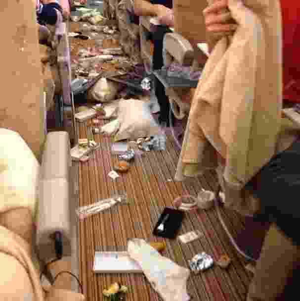 Um passageiro de um voo da Singapore Airlines registrou em fotos o que aconteceu dentro da aeronave ao passar por uma forte turbulência bem na hora da refeição.  As imagens colocadas no Instagram e divulgadas pela rede ABC News mostram muita comida espalhada em meio a travesseiros - Alan Cross