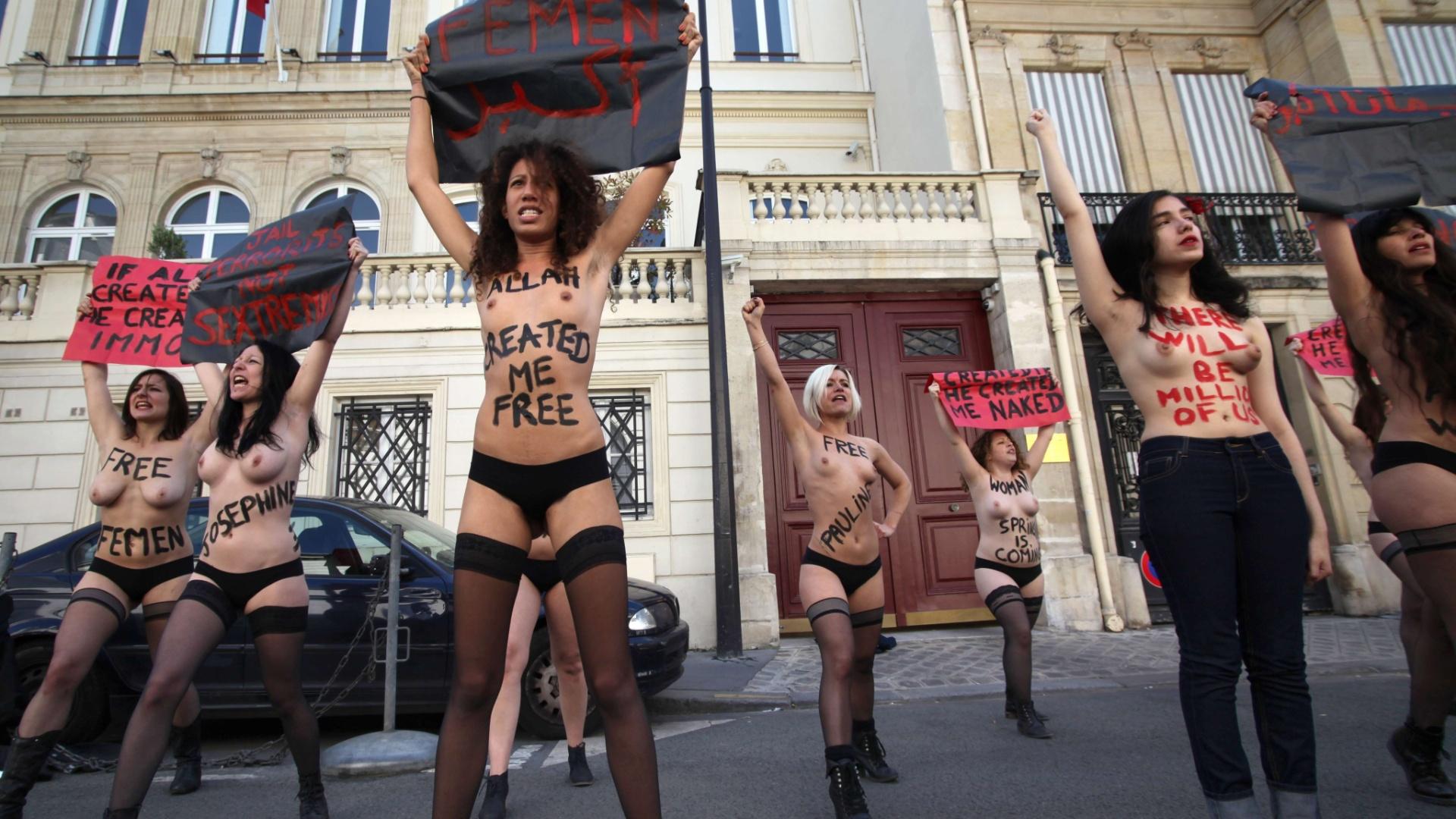 5.jun.2013 - Ativistas do Femen - grupo feminista famoso pelo uso de topless em seus protestos - simulam oração durante manifestação em frente à embaixada da Tunísia em Paris, nesta quarta-feira (5). As ativistas protestam contra o julgamento de três mulheres em Túnis, capital tunisiana, que fizeram protesto anti-islâmico mostrando os seios