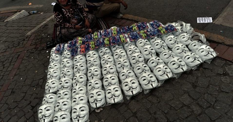 5.jun.2013 - Vendedor ambulante vende máscaras para manifestantes na praça Taksim, em Istambul, na Turquia, durante o sexto dia de protestos contra o governo do primeiro-ministro Recep Tayyip Erdogan