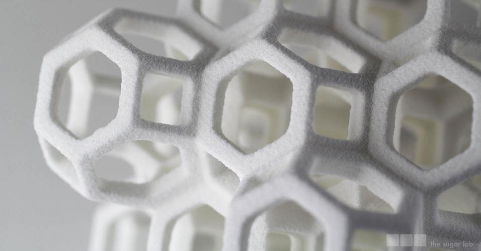 A empresa The Sugar Lab usa o açúcar como matéria-prima para suas criações feitas com impressora 3D - as peças são usadas para decorar bolos. O casal de arquitetos Kyle e Liz von Hasseln, responsável pela empresa da Califórnia (EUA), afirma em seu site que esse tipo impressão 3D representa uma quebra de paradigma para a confecção de bolos, transformando o açúcar em algo dimensional e estrutural. As peças são feitas sob encomenda