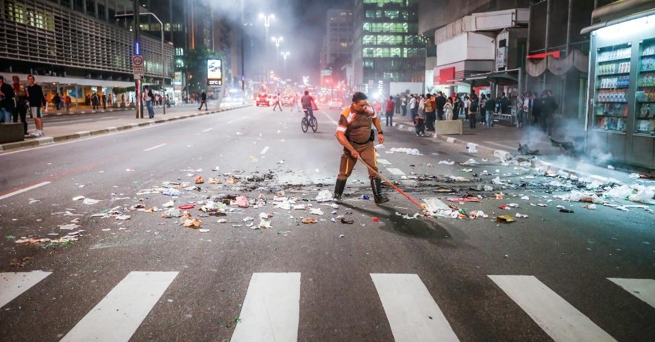6.jun.2013 - Agente da CET retira lixo da avenida Paulista, região central de São Paulo, após protesto contra o aumento da passagem do ônibus de R$ 3 para R$ 3,20
