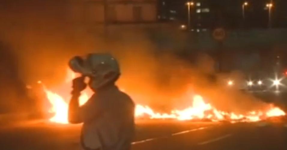 6.jun.2013 - Bombeiro tenta conter incêndio na avenida 9 de Julho, região central de São Paulo, provocado por manifestantes durante passeata contra o aumento da tarifa de ônibus de R$ 3 para 3,20