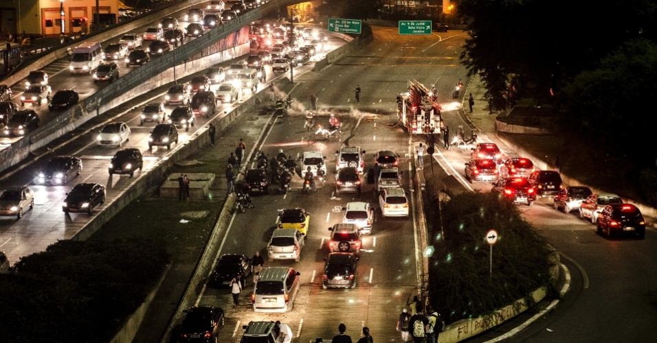 6.jun.2013 - Bombeiros apagam fogo que interdita trânsito no encontro das avenidas 23 de Maio e 9 de Julho, na região do Anhangabaú, centro da capital paulista, após protesto contra o aumento da passagem do ônibus de São Paulo de R$ 3 para R$ 3,20