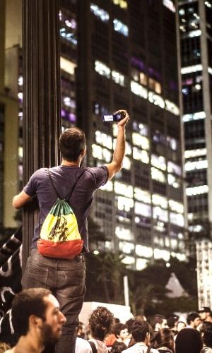 6.jun.2013 - Homem tira foto de multidão que participa de protesto no centro de São Paulo, em vias próximas ao viaduto do Chá e Anhangabaú, contra o aumento na passagem do ônibus na capital, de R$ 3 para R$ 3,20