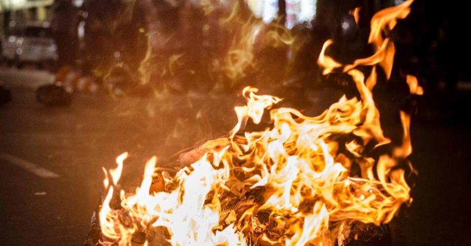 6.jun.2013 - Incêndio interdita trânsito no encontro das avenidas 23 de Maio e 9 de Julho, na região do Anhangabaú, centro da capital paulista, após protesto contra o aumento da passagem do ônibus de São Paulo de R$ 3 para R$ 3,20
