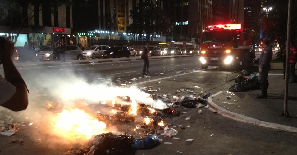 6.jun.2013 - Incêndio toma conta de pista na avenida Paulista, região central de São Paulo, durante protesto contra o aumento da tarifa de ônibus de R$ 3 para 3,20