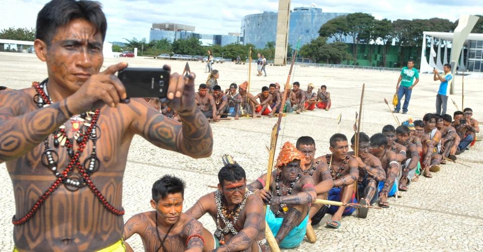 6.jun.2013 - Índio mundurucus, vindo do Pará, tira foto de manifestação feita em frente ao Palácio do Planalto, em Brasília, contra o projeto do governo de construir a usina hidrelétrica Belo Monte no rio Tapajós. O grupo indígena pede uma audiência com a presidente Dilma Rousseff
