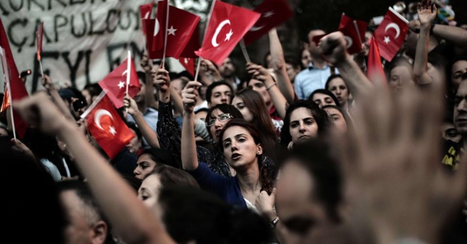 6.jun.2013 - Manifestantes cantam frases de ordem durante protesto na praça Taksim, em Istambul, na Turquia, durante o sétimos dia de protestos no país. iniciados pela proposta de demolição de um parque, mas que evoluiu para uma revolta contra o governo de Tayyip Erdogan