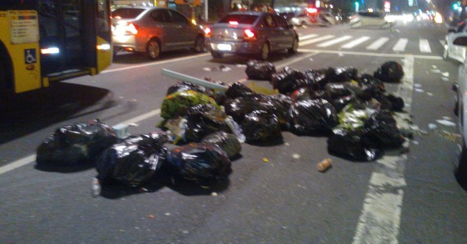 6.jun.2013 - Manifestantes jogam lixo por pista da avenida Paulista, região central de São Paulo, durante protesto contra o aumento da tarifa de ônibus de R$ 3 para 3,20