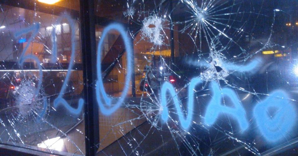 6.jun.2013 - Manifestantes picham e depredam a estação Brigadeiro, na avenida Paulista, região central de São Paulo, durante protesto contra o aumento da tarifa de ônibus de R$ 3 para 3,20