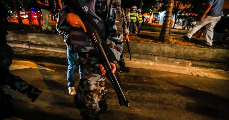 6.jun.2013 - Policiail se posiciona para confrontar manifestantes durante protesto contra o aumento da passagem de ônibus de R$ 3 para R$ 3,20 realizado na avenida Paulista, região central de São Paulo