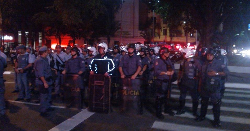 6.jun.2013 - Tropa de choque ocupa a avenida Paulista, região central de São Paulo, para conter manifestantes durante protesto contra o aumento da tarifa de ônibus de R$ 3 para 3,20